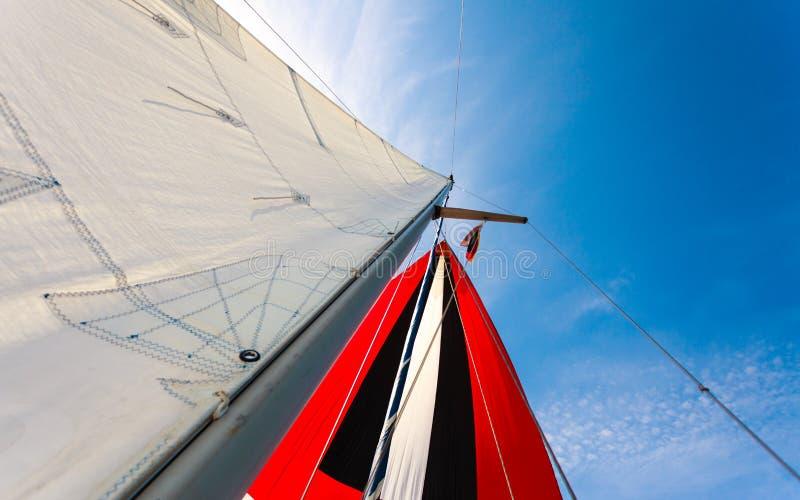 与uphaul,蓝天的大三角帆在背景中 库存照片