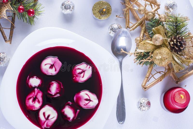 与uszka,传统圣诞前夕盘的红色罗宋汤 免版税库存图片