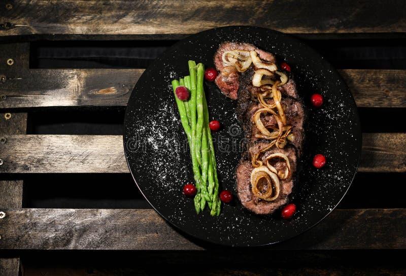 与veggie's装饰品的可口牛排 免版税图库摄影
