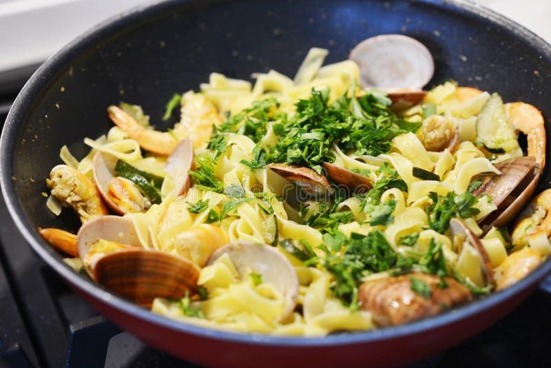 与vongole的开胃海鲜在平底锅的面团和炸虾 库存照片