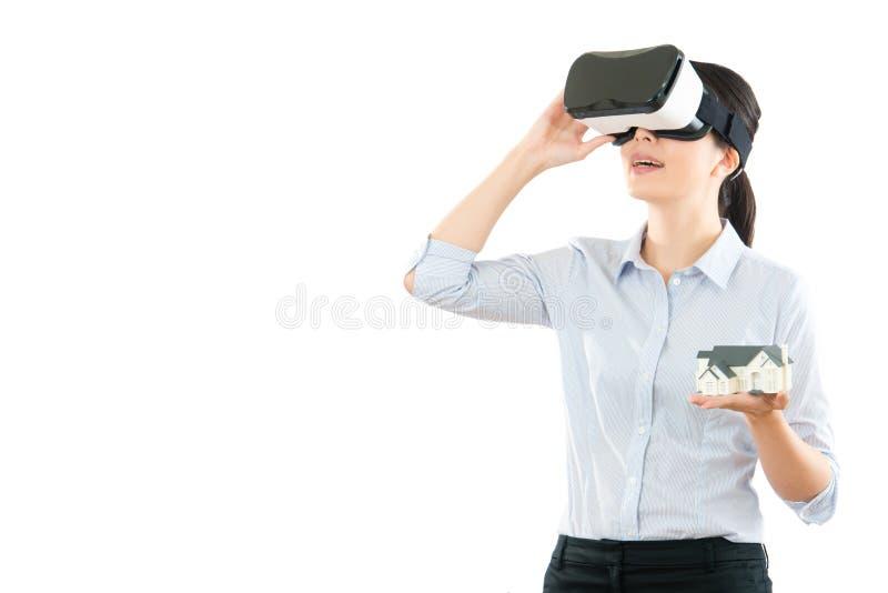 与VR耳机玻璃的妇女通信 免版税图库摄影