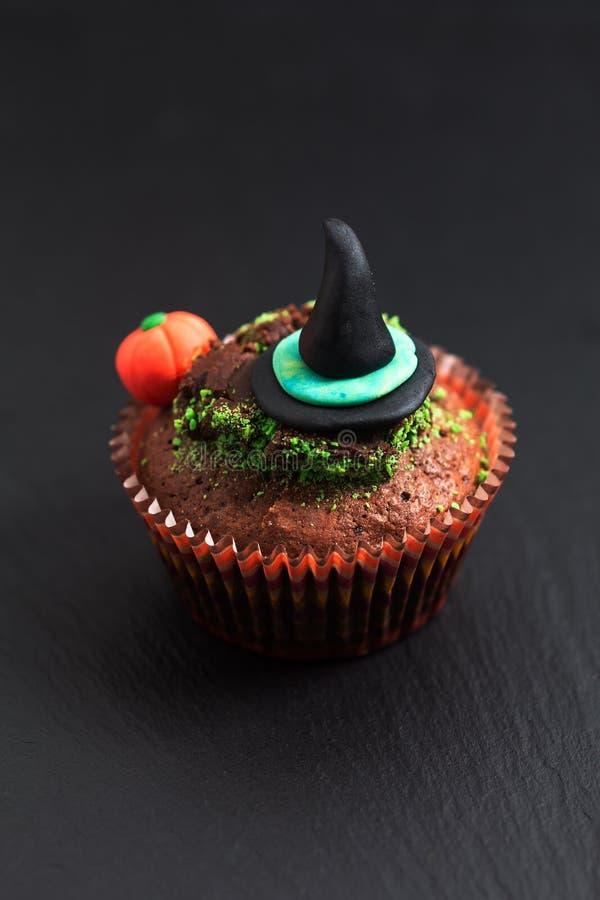 与witc的万圣夜假日食物五颜六色的花梢果仁巧克力杯形蛋糕 库存图片
