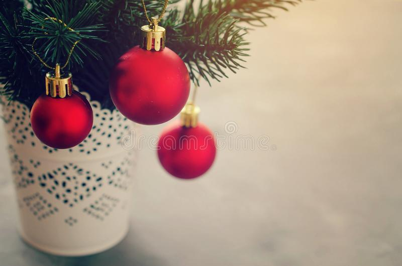 与xmas冷杉的圣诞节背景分支和装饰 圣诞节问候明信片 免版税库存照片