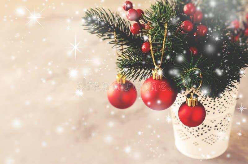 与xmas冷杉的圣诞节背景分支和装饰 圣诞节问候明信片 库存图片