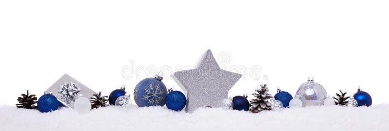 与xmas当前礼物盒的蓝色和银色圣诞节球 库存照片