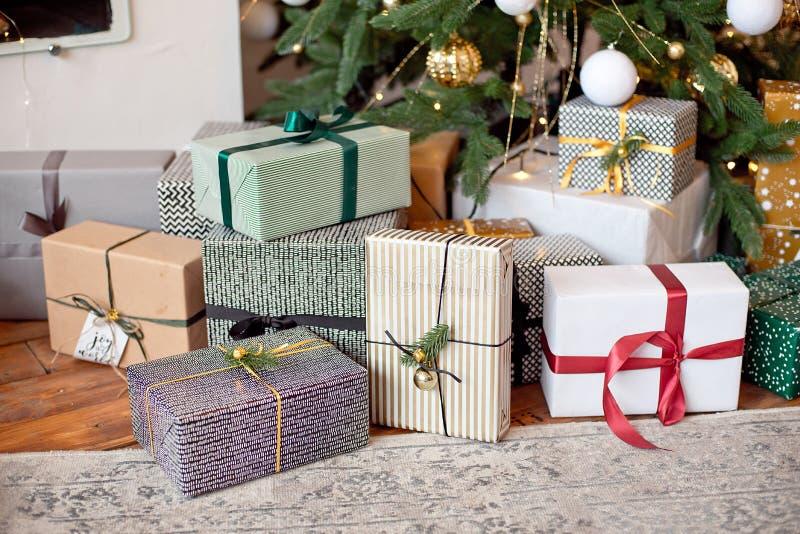与xmas树和闪闪发光bokeh光的圣诞节背景在木帆布背景 圣诞快乐看板卡 冬天 免版税库存照片