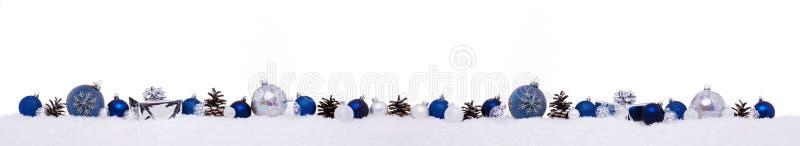 与xmas的蓝色圣诞节球连续提出在雪隔绝的礼物盒 库存图片