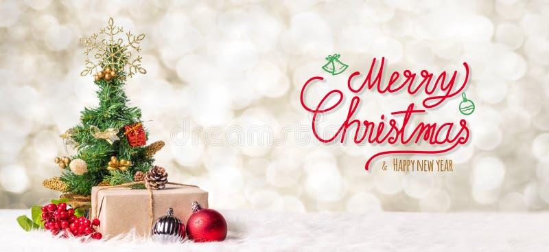 与xmas tre的红色圣诞快乐和新年好手写 免版税库存照片