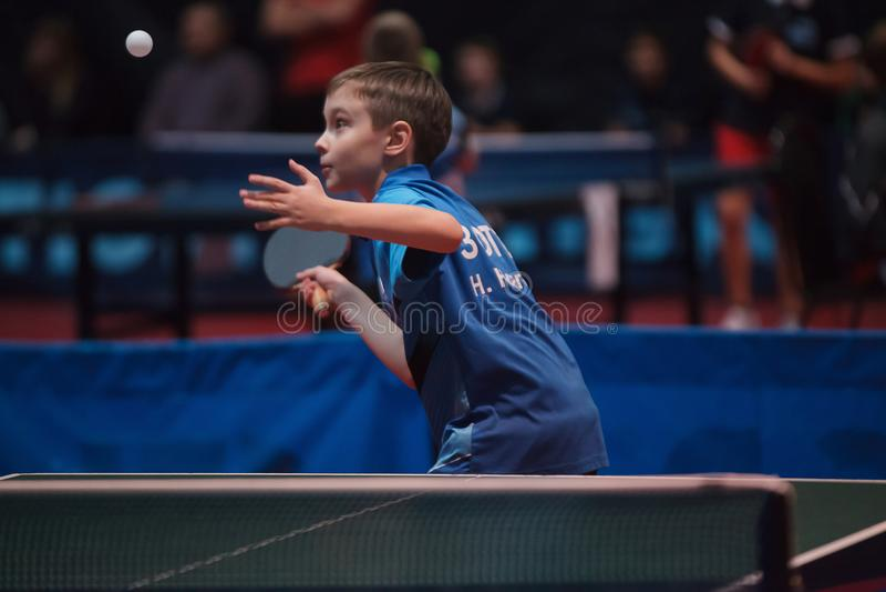 专业乒乓球球员年轻人男孩 小辈 冠军比赛 免版税库存图片