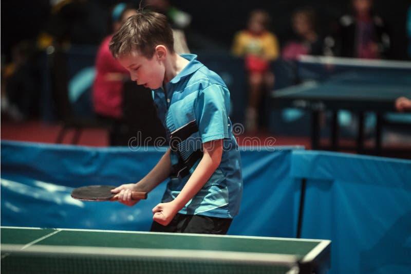 专业乒乓球球员年轻人男孩 小辈 冠军比赛 免版税库存照片
