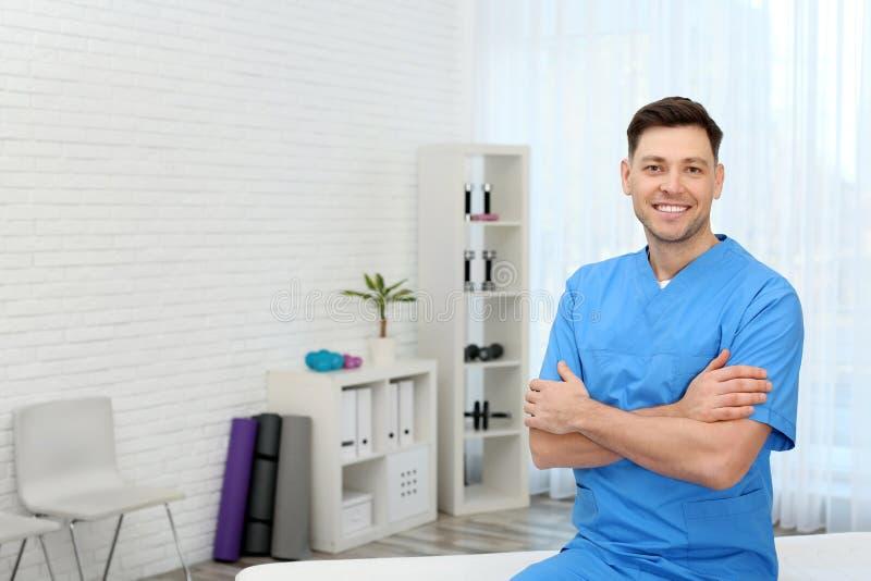 专业修复诊所的生理治疗师等待的患者 库存照片