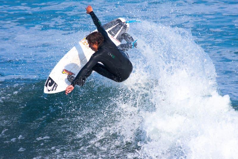 专业冲浪者怀亚特冲浪加利福尼亚的Barrabee 免版税库存照片