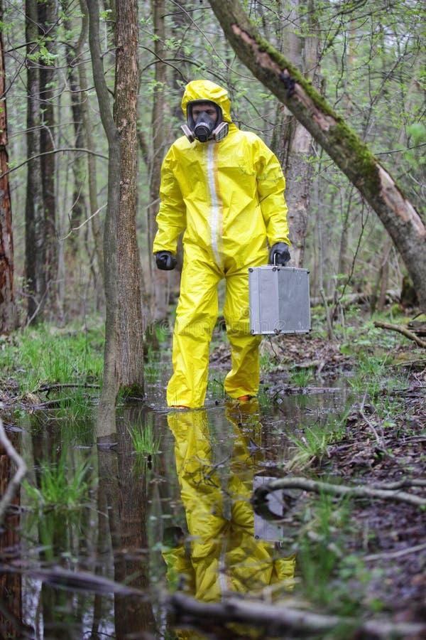 专业制服的技术员在水灾地区 免版税库存照片