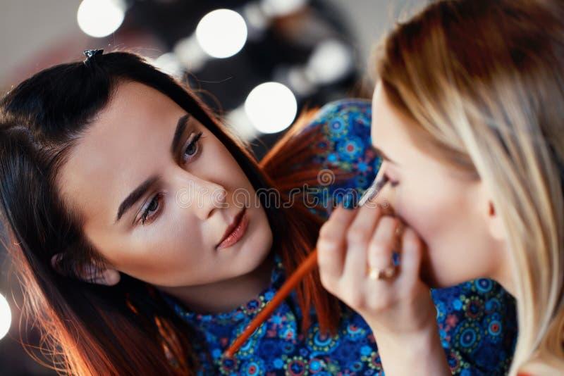 专业化妆师在工作 免版税图库摄影