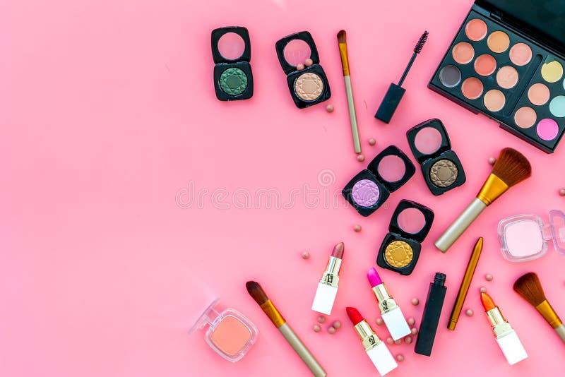 专业化妆用品设置与眼影膏调色板在桃红色背景顶视图copyspace的 免版税库存图片