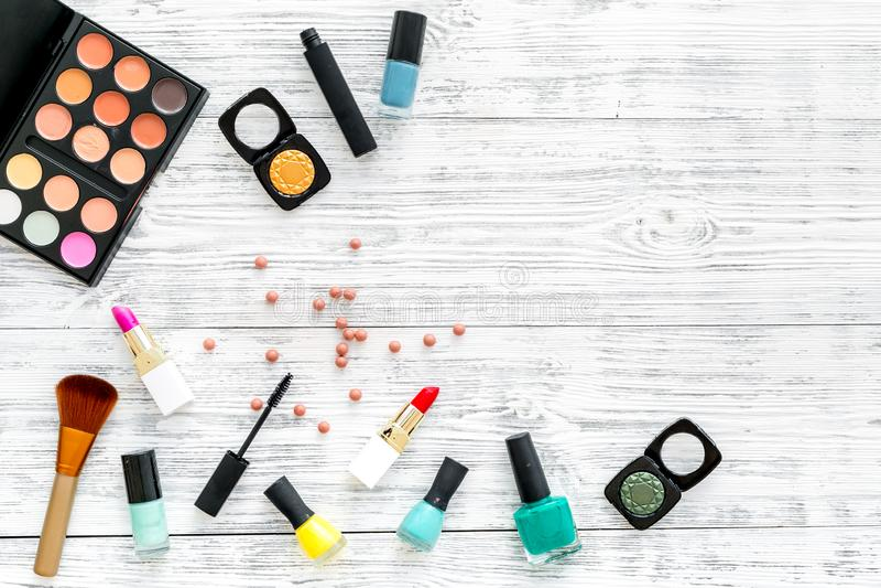 专业化妆用品设置与眼影膏调色板在灰色木背景顶视图嘲笑的 免版税库存照片