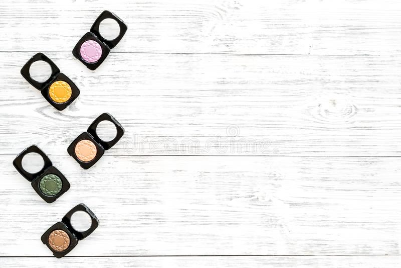 专业化妆用品设置与眼影膏调色板在灰色木背景顶视图嘲笑的 库存照片