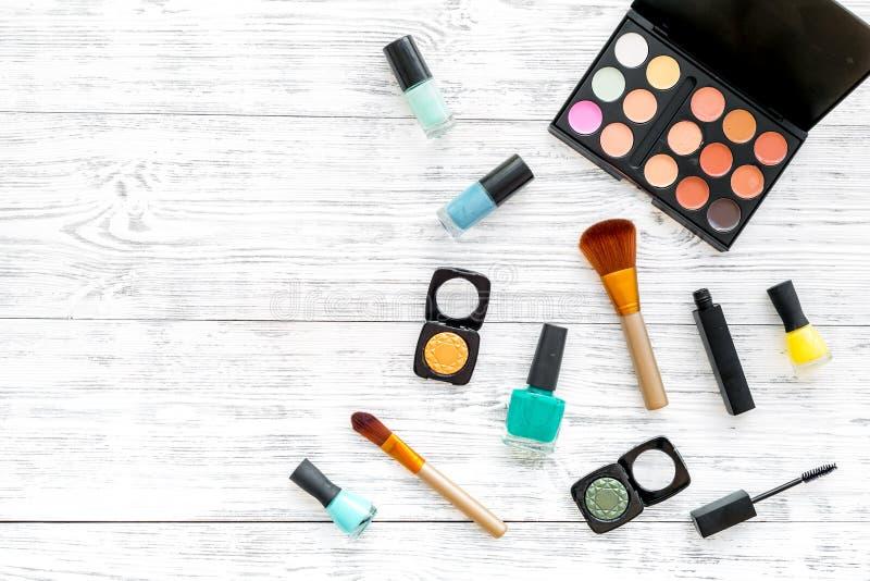 专业化妆用品设置与眼影膏调色板在灰色木背景顶视图嘲笑的 图库摄影