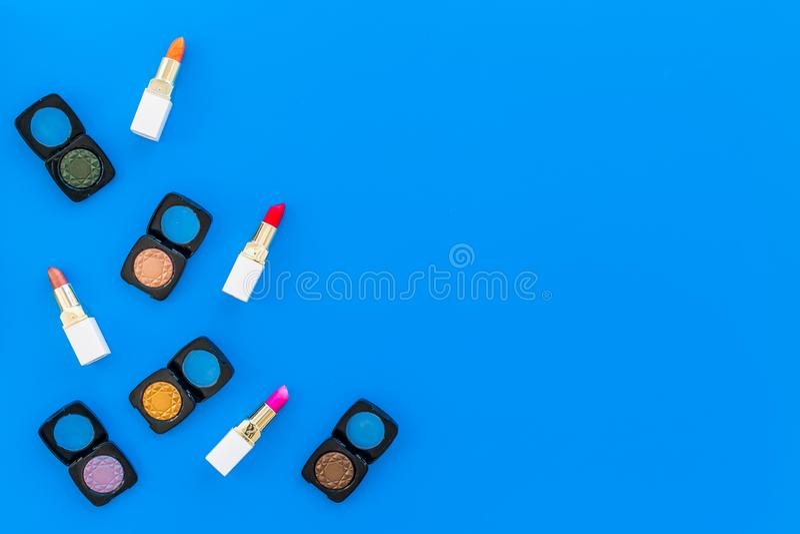 专业化妆用品设置与眼影膏调色板在蓝色背景顶视图空间的文本的 库存图片