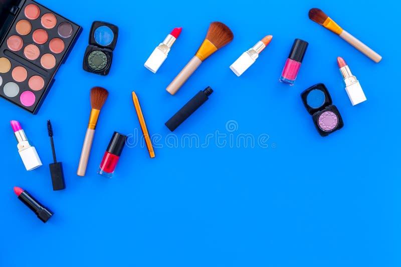 专业化妆用品设置与眼影膏调色板在蓝色背景顶视图空间的文本的 免版税库存图片