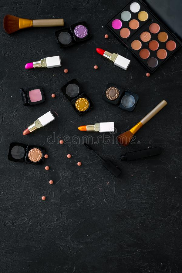 专业化妆用品设置与眼影膏调色板在黑暗的背景顶视图大模型的 免版税库存图片