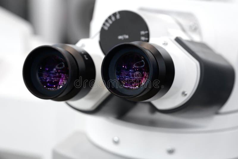 专业医学显微镜特写镜头,生物工艺学微生物学技术实验室 免版税库存照片