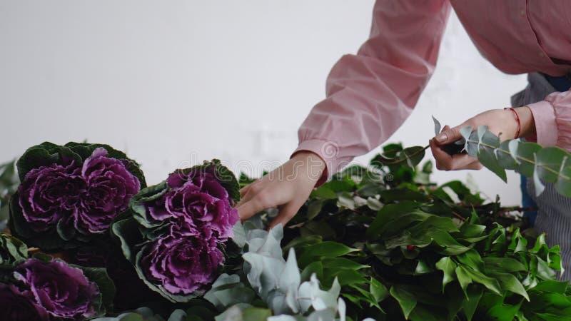 专业卖花人安排花创造花束 库存照片