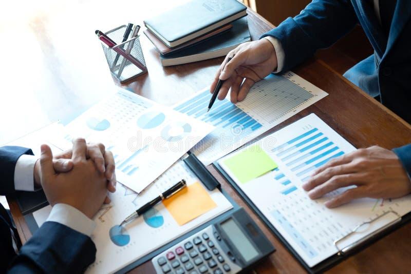 专业商务伙伴队谈论在会议对介绍计划投资方案运作的分析和 图库摄影