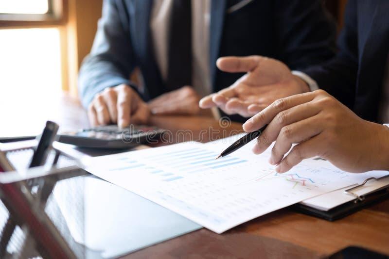 专业商务伙伴队谈论在会议对介绍计划投资方案运作的分析和 免版税图库摄影