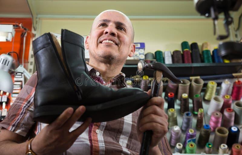 专业在机器的工匠缝的鞋类 库存图片