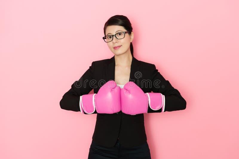 专业女商人佩带的拳击手套 免版税库存照片