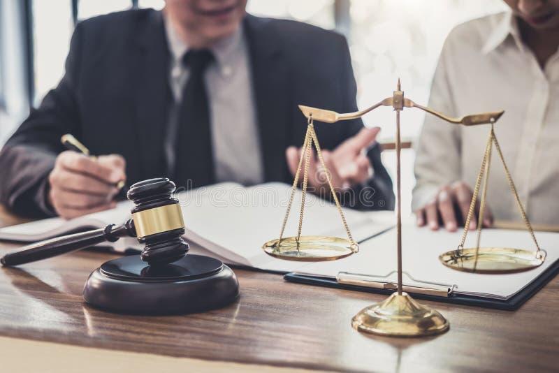 专业女实业家和男性律师工作和讨论咨询和会议有在律师事务所在办公室 免版税库存照片