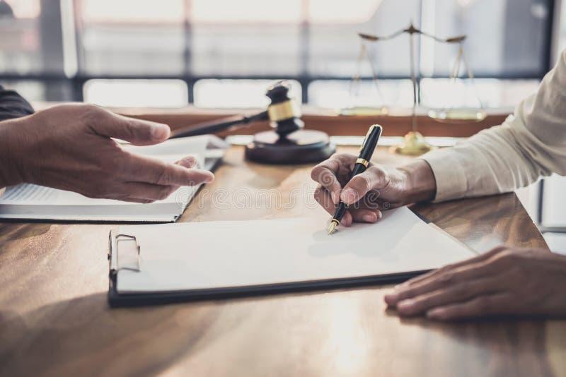 专业女实业家和男性律师工作和讨论咨询和会议有在律师事务所在办公室 免版税库存图片