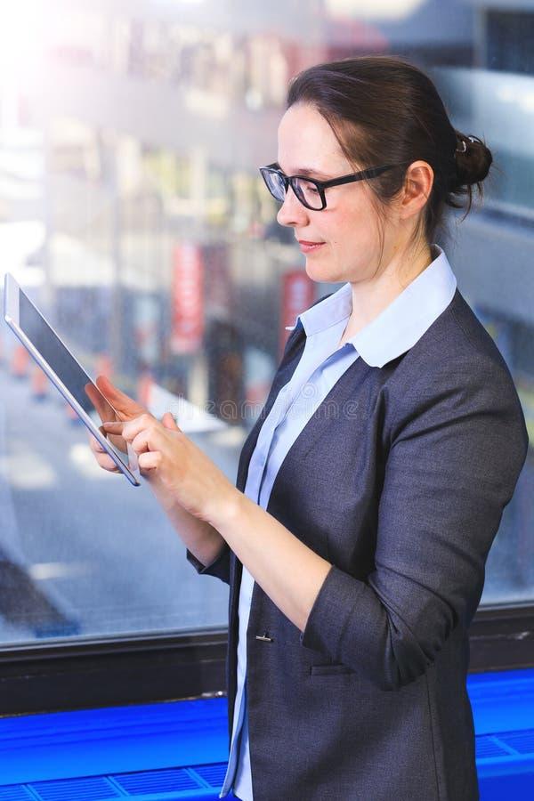 专业女实业家真正的画象,与digita一起使用 免版税图库摄影