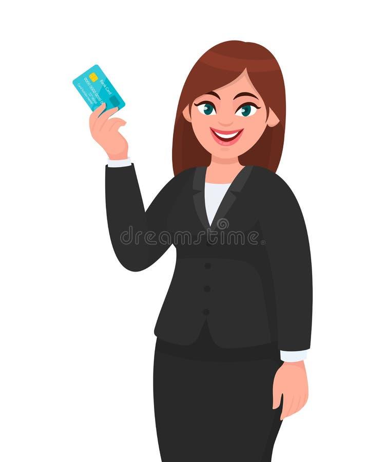 专业年轻女商人陈列或拿着信用/debit/ATM卡片 显示银行卡的女性执行委员 ?? 皇族释放例证