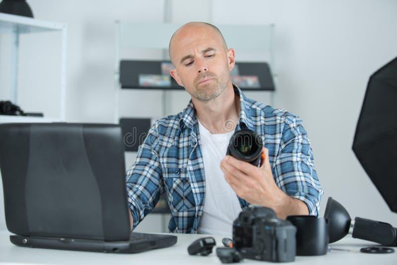 专业摄影师在射击前调整照相机 图库摄影