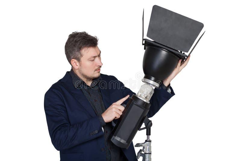 专业摄影师设置照明设备灯 图库摄影