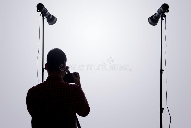 专业摄影师 确信的年轻人画象嘘的 免版税库存图片