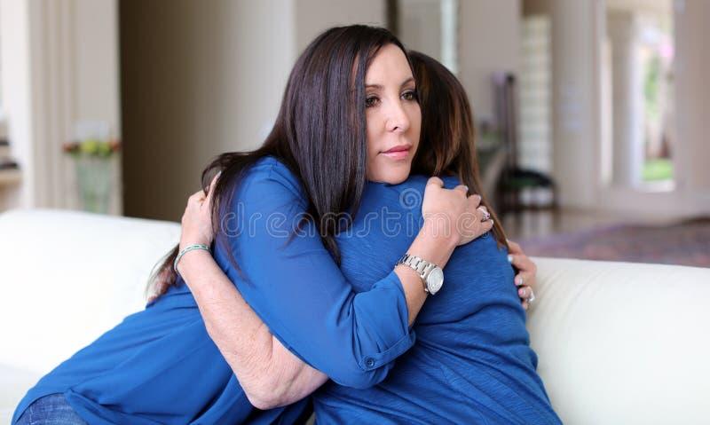 专业有患者的心理学家女性医生黑发 分享正面时光的母亲和女儿 免版税图库摄影