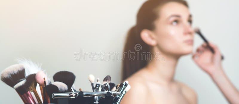 专业构成刷子和工具 构成妇女大模型  时尚构成、秀丽和化妆用品 设置在弄脏的刷子 免版税库存图片