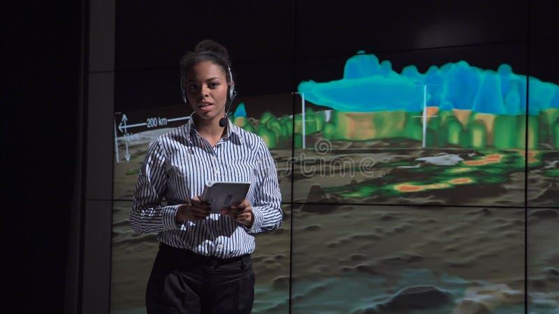 专业气象学家讲话对飓风的本质 免版税库存照片