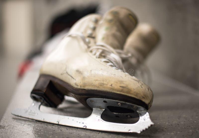 专业滑冰的鞋子在化装室 免版税图库摄影