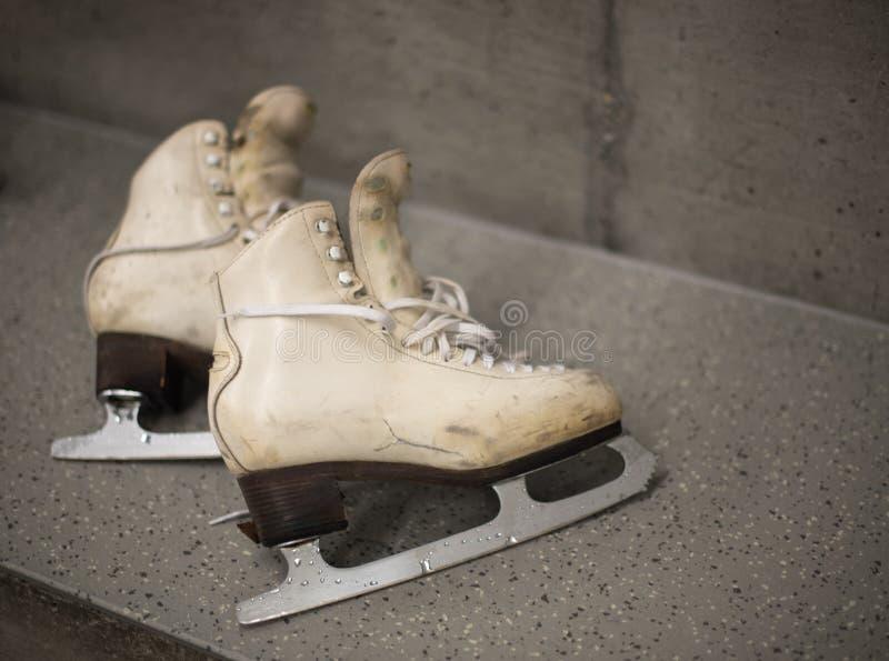 专业滑冰的鞋子在化装室 库存照片