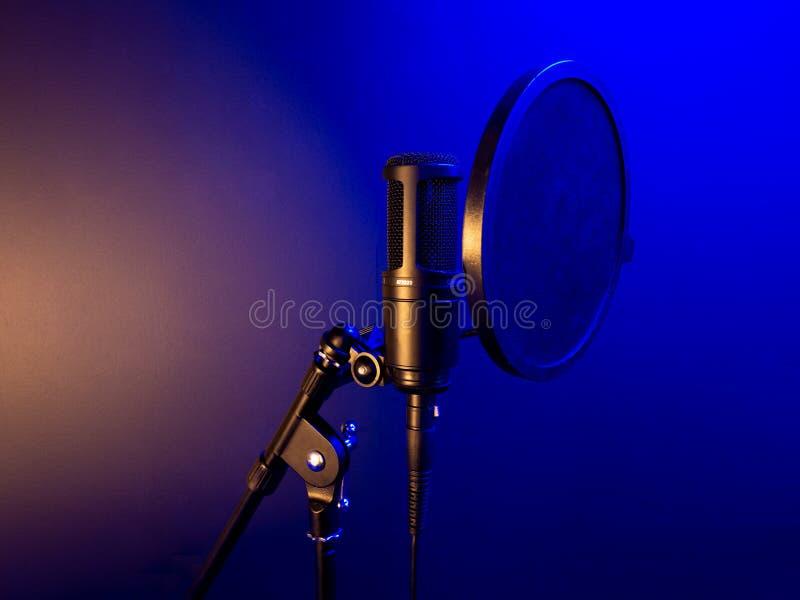专业演播室声音电容传声器 免版税库存照片