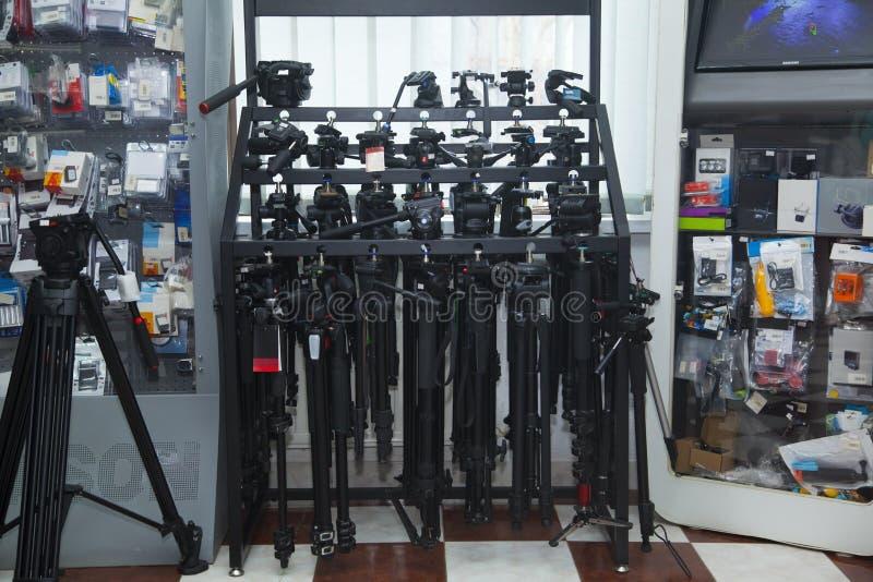 专业照片设备商店 与三脚架的陈列室 免版税库存照片