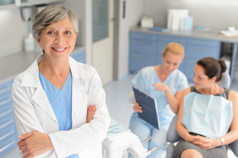 专业牙医外科医生牙齿诊所患者 免版税库存图片