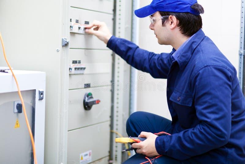 年轻专业电工在工作 免版税库存图片
