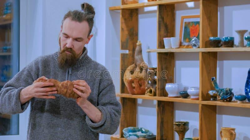 专业男性陶瓷工黏土为工作做准备 图库摄影