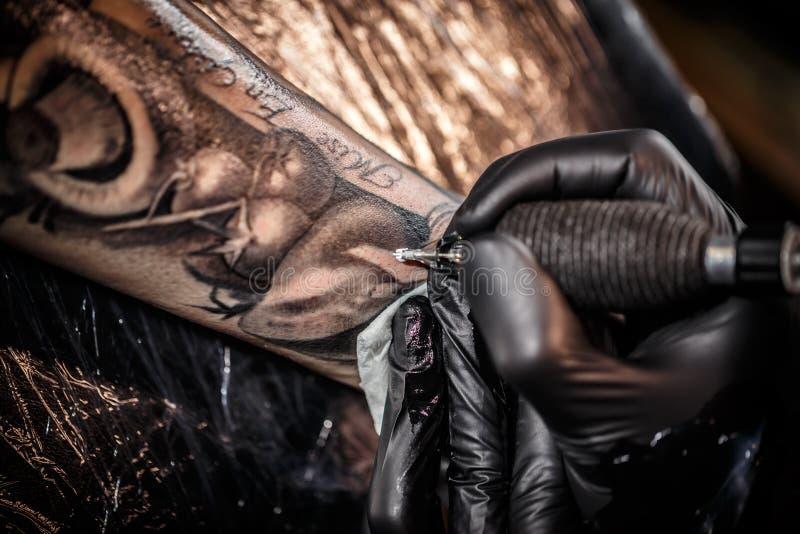专业纹身花刺艺术家 免版税库存图片