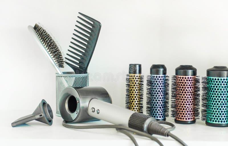 专业美发师工具充分的框架在白色背景的 免版税图库摄影